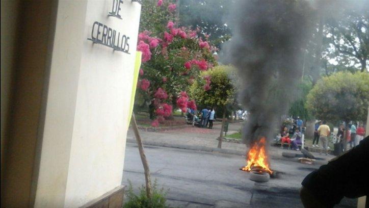 El conflicto en Cerrillos por los despidos continuó hoy con una nueva protesta en la Municipalidad.