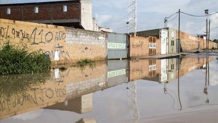 La avenida Ambosetti al 1800 cerrada por el agua. Andrés Mansilla.