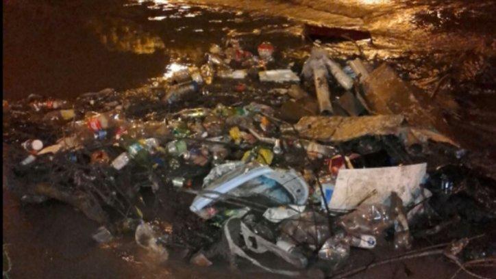 El agua ya bajó y la foto muestra cómo la mugre, y los residuos tirados por los vecinos quedan acumulados y a la vista de todos.