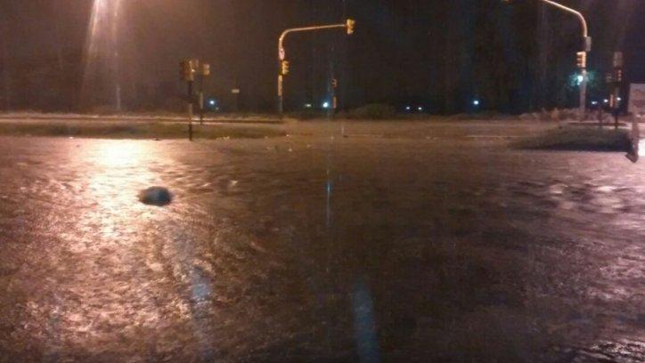 Así estaba nuestra ciudad durante la tormenta que se desató desde las 21.30 del viernes y terminó a las 2.20 de hoy. Foto WhatsApp El Tribuno.