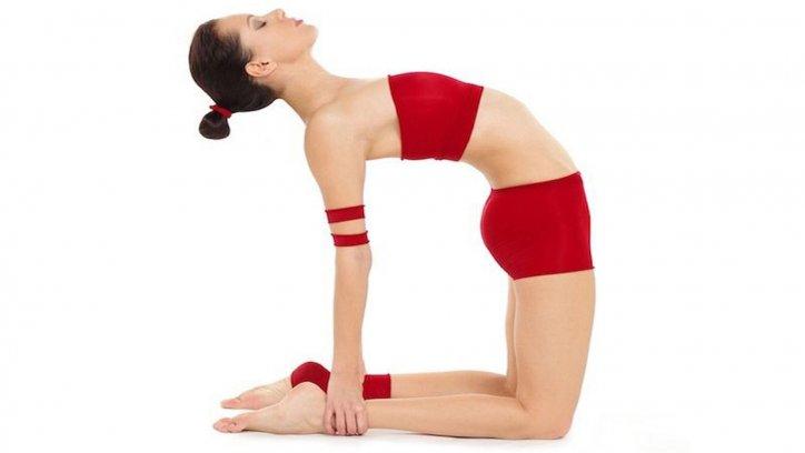 Postura del camello, se estira todo el cuerpo y se expande el pecho al echar atrás brazos y hombros.