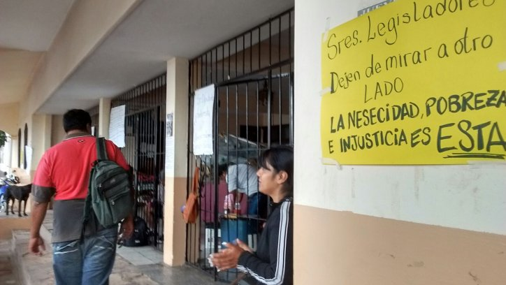 Cadenas y pancartas en las puertas y las rejas dan una idea de la situación que se vive.