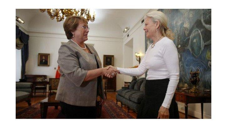 Kristine McDivitt ofreció formalmente la donación a la presidenta Michelle Bachelet, poco después de la muerte de su esposo.