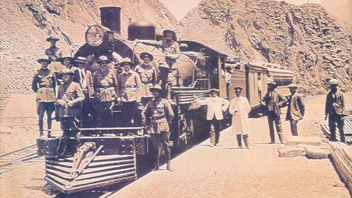 En Chorrillos, obreros y soldados posan sobre la máquina en 1924.