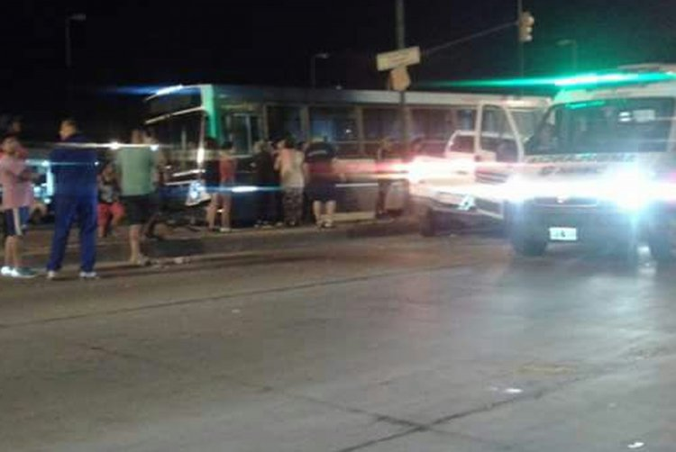 Varios testigos del accidente aseguraron que el chofer del colectivo de Saeta pasó el semáforo en rojo.