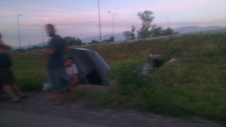 La primera foto del Volkswagen Gol dentro del canal. Fue sacada a las 6 de la mañana. Junto al auto se ve a varios jóvenes, algunos de ellos con vasos de bebidas en la mano.