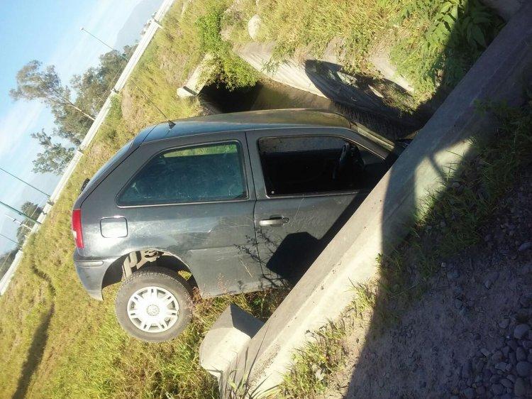 El accidente ocurrió apróximadamente a las 6 de la mañana, a las 10 todavía el automóvil se encontraba en el lugar.