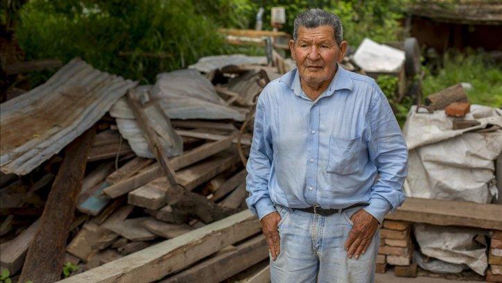 La casa de Salvador Ledesma fue derrumbada, duerme en una pieza precaria.