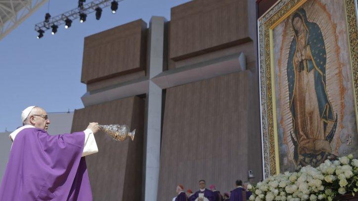 El Papa sacude un incensario frente a la Virgen de Guadalupe. AP