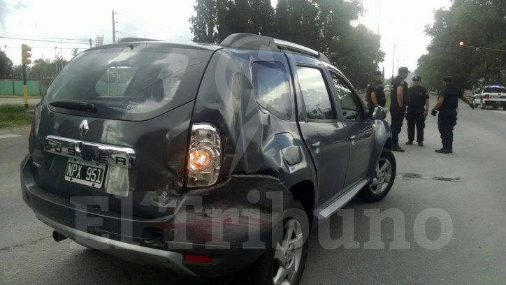 El tercer automóvil chocó con la camioneta de la Policía que iba por avenida Tavella. Javier Corbalán