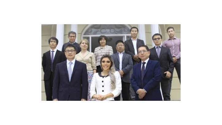 Gabriela Zapata junto a un equipo de empresarios chinos