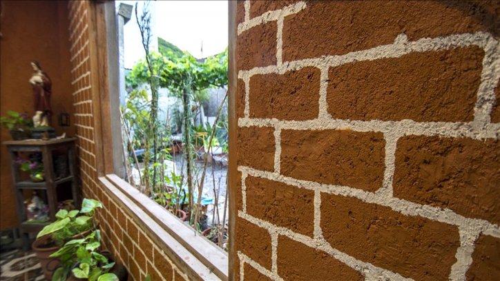 Detalle del muro simil ladrillo a la vista.