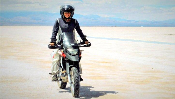 Victoria, recorriendo un salar en su motocicleta todo terreno donde suele poner su máquina al límite.