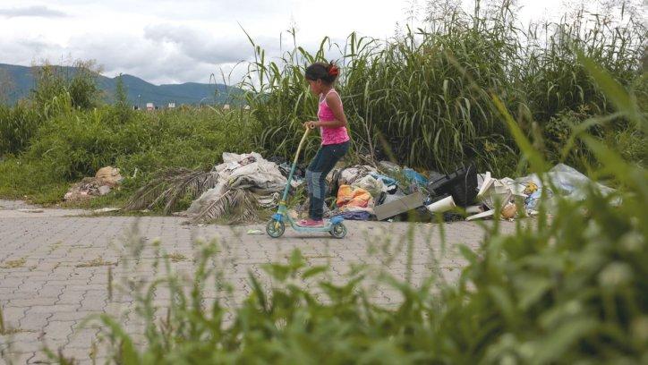 Una niña al lado de los pastizales, en un barrio que no tiene plaza. Javier Corbalán