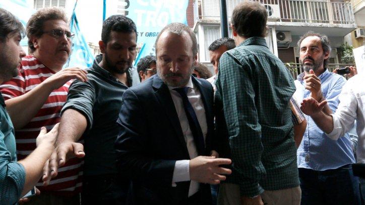 Martin Sabattella junto a Militantes de Nuevo Encuentro y empleados de la AFSCA,se manifiestan en la puerta del organismo intervenido hoy por el gobierno. Foto: HUGO VILLALOBOS