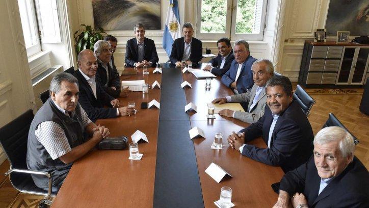 El presidente Mauricio Macri con los jefes de las CGT, en el primer encuentro entre el Ejecutivo nacional y los gremios. Télam