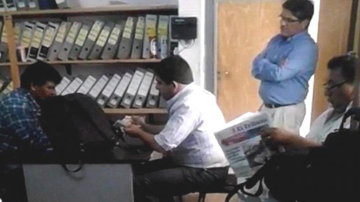 Diario en mano, el exintendente espera el conteo de plata.