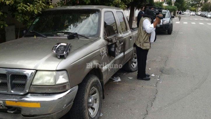 La camioneta permanecía estacionada cuando fue embestida por el automóvil.