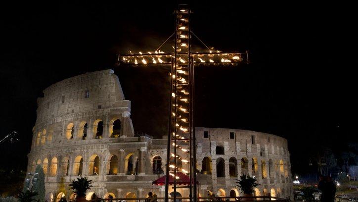 El Coliseo es el escenario donde se celebra el Vía Crucis cada año. AP