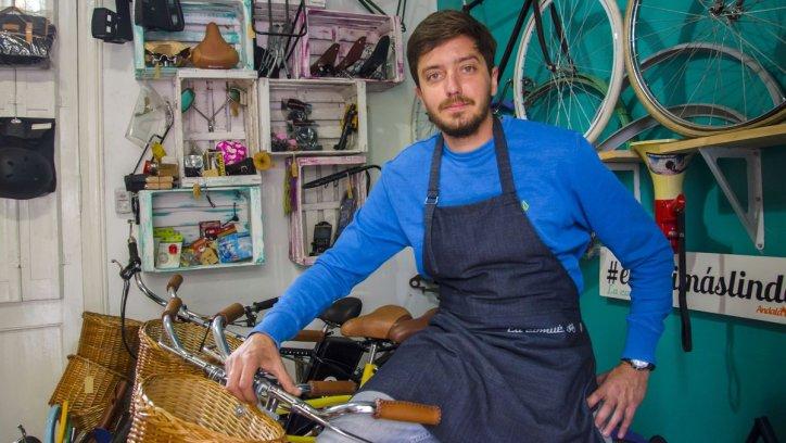 Juan Francisco Blanco, en su almacén de bicicletas. Pablo Yapura