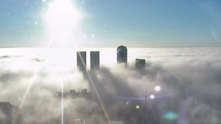 Con esta densa neblina amaneció Buenos Aires. Casi todos los edificios tapados por el fenómeno meteorológico.  Foto Twitter.