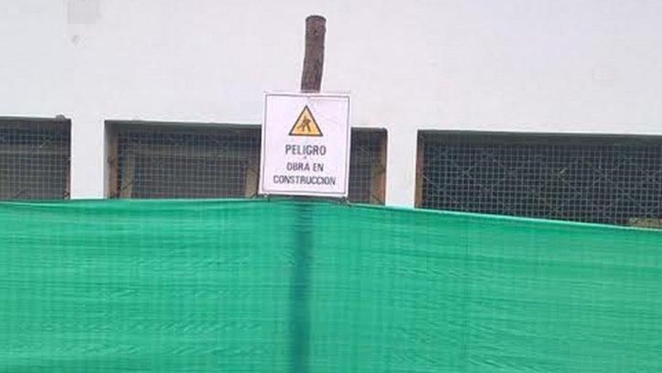 El cartel dice: Obra en Construcción. No hay ningún obrero trabajando.