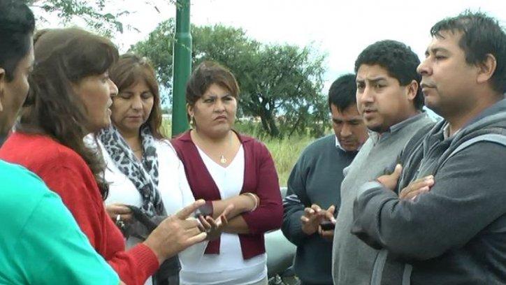 Los remiseros protestaron frente a concejales en la ruta.
