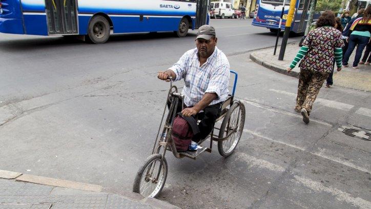 La avenida Belgrano es una de las calles más transitadas por turistas y salteños, pero no es accesible para muchas personas. Andrés Mansilla
