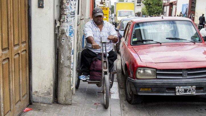 Muchas personas no pueden trasladarse por la ciudad sin problemas. Andrés Mansilla