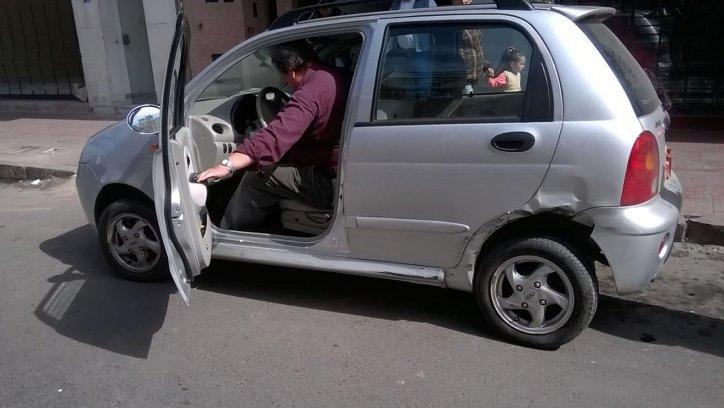 El Chery colisionado por el Fiat Siena. El dueño se dio con la novedad cuando volvió al vehículo unos minutos después de ocurrido el accidente.