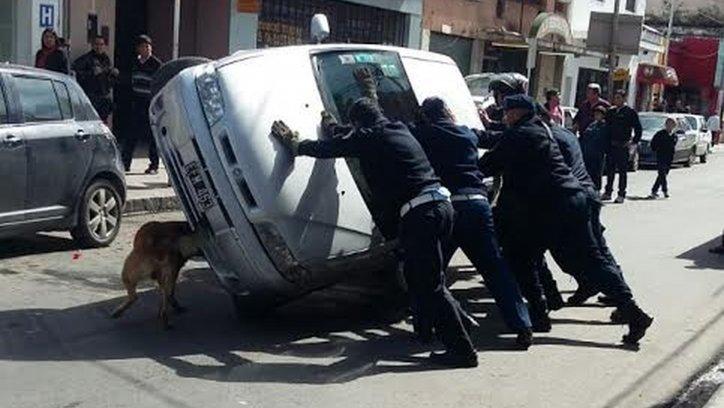 Los policías de tránsito intentando poner