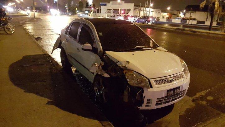 El Ford Fiesta con su parte derecha totalmente destruida. Fue el protagonista del accidente. El conductor habría estado alcoholizado.