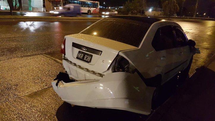 La parte de atrás del Ford Fiesta muestra su paragolpe totalmente roto.