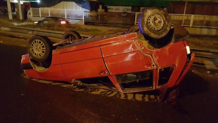 El Fiat Uno terminó totalmente destrozado. Su conductor salió ileso y fue llevado por la Policía para la realización del dosaje de sangre.