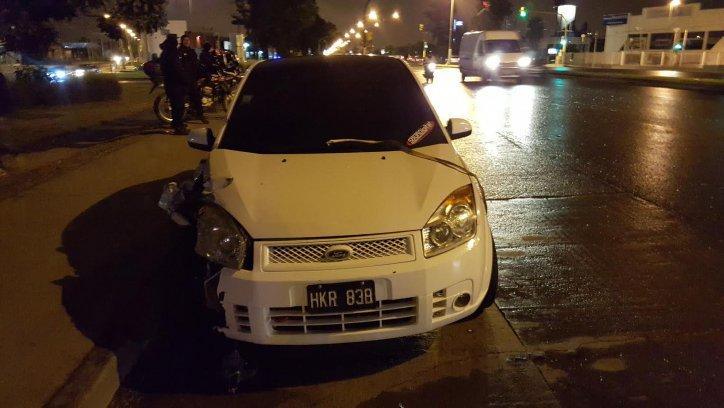 El Ford Fiesta que estuvo involucrado en el espectacular accidente ocurrido esta madrugada en la Avenida Paraguay.-