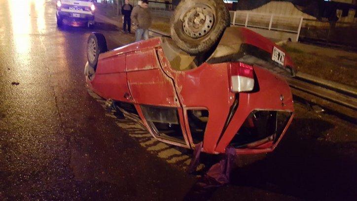 El conductor del Fiat Uno sólo sufrió algunos golpes menores. Salvó su vida de milagro.