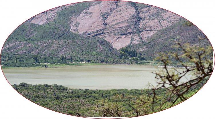 Laguna de Brealito, semioculta entre montañas salteñas.
