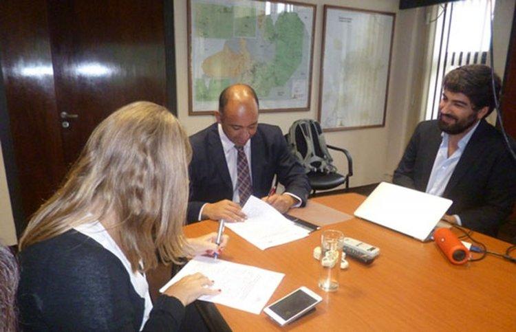 Firma del convenio del ministerio de Educación con la fundación El Arte de Vivir.