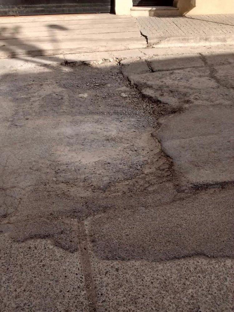 La foto muestra que uno de los tramos de la Avenida YPF se hace intransitable para los automóviles y en forma peatona. Quejas de los vecinos.