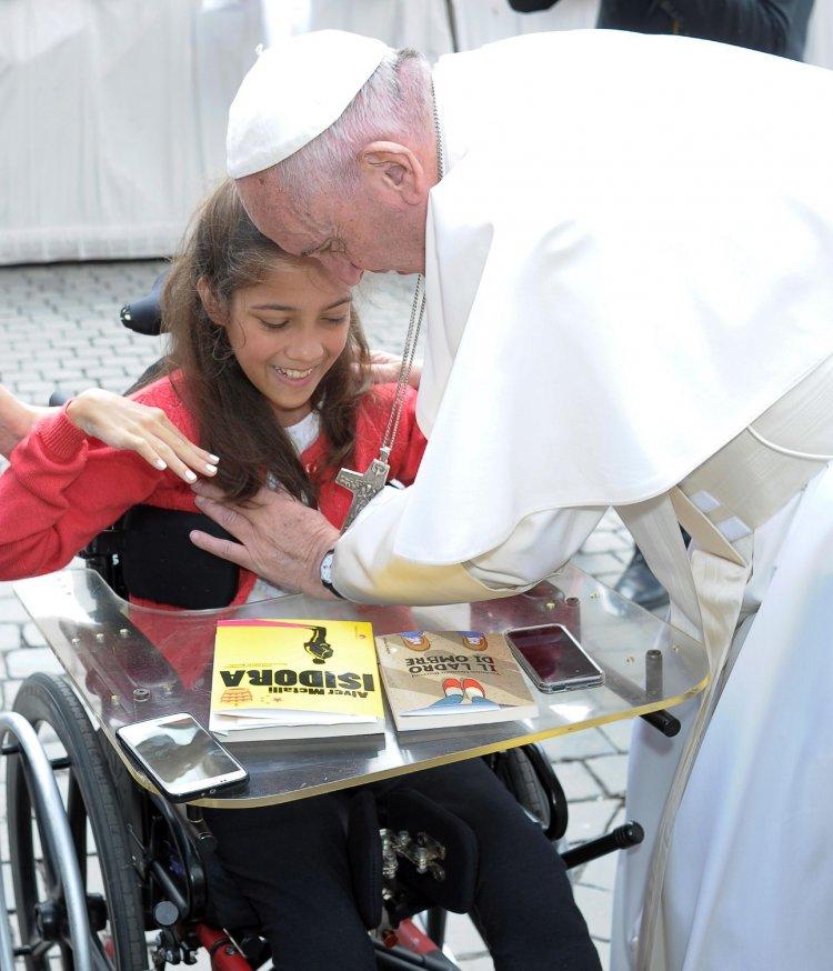 Francisco saluda autora argentina Verónica Cantero Burroni durante la audiencia general en el Vaticano,