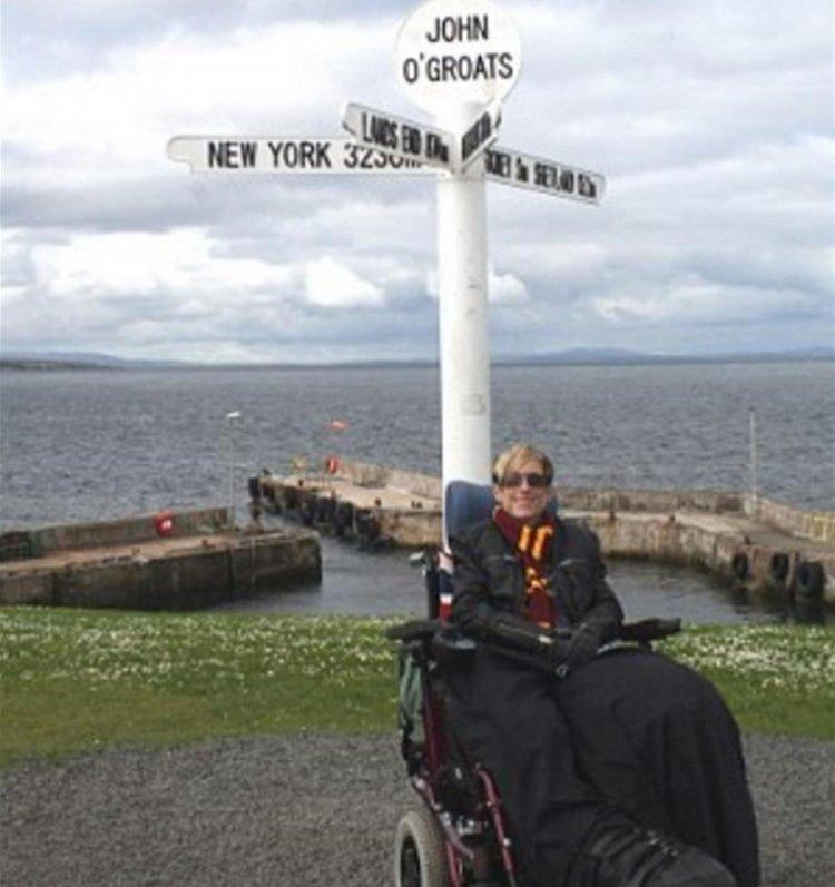 Mandy Sellars se moviliza en una silla de ruedas o en un auto especial.