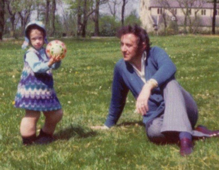 Mandy Sellars junto a su padre en una foto familiar, y cuando todavía podía caminar y jugar.