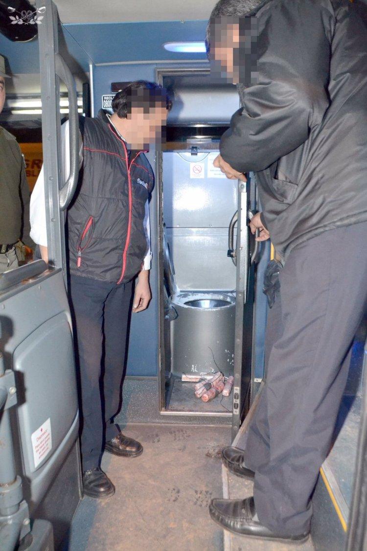 GENDARMERÍA | Incautan más de 5 kg de cocaína ocultos en el inodoro de un colectivo y en baúl de un auto en dos procedimientos.