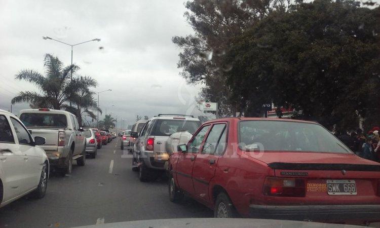 La avenida Paraguay, colapsada en el acceso a Tecnópolis. Foto: Carlos Padilla