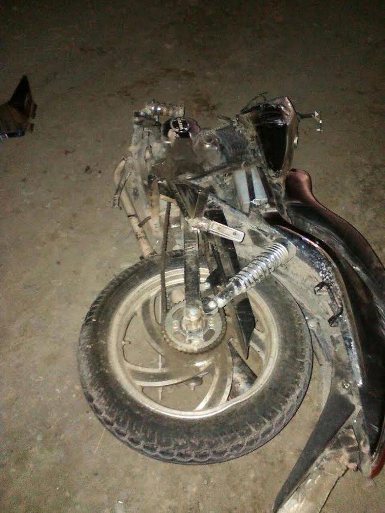 La moto quedó totalmente destruida. Su conductor falleció en forma instantánea.