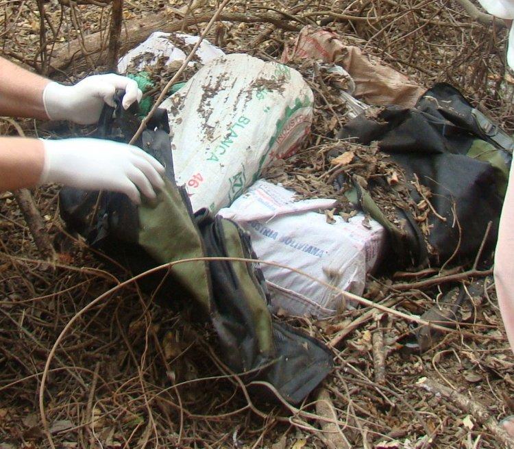 Mochila con cocaína hallada en el monte. Foto de archivo