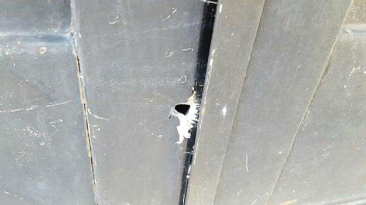 Uno de los huecos que dejaron los disparos  en la casa de la joven cordobesa.
