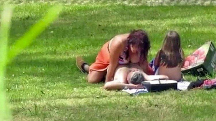 Una pareja tiene sexo en un parque en Portugal a plena luz del día y con su hija al lado.