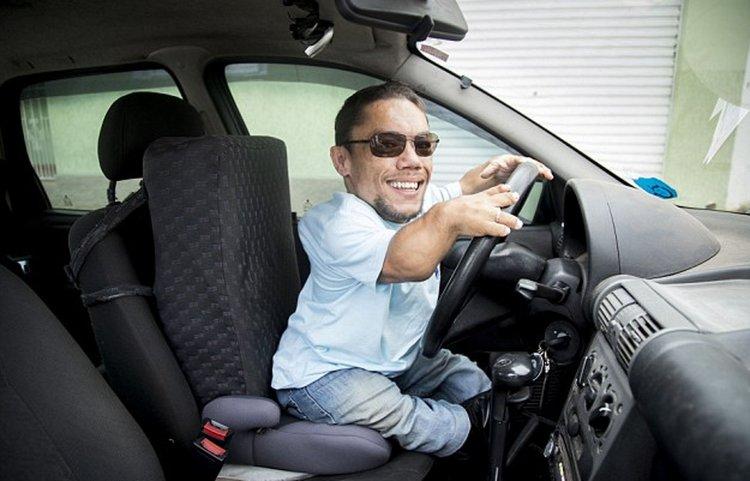 Paulo es secretario de un grupo de abogados y tiene un auto adaptado especialmente para personas con enanismo.