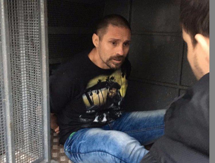 Pérez Corradi en el momento en que fue detenido y trasladado por la Policía paraguaya.